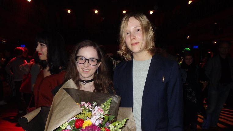 Britt Vancayseele, winnaar van de Debutantenprijs, en schrijfster Marieke Lucas Rijneveld, het absolute hoogtepunt van de avond. Beeld Schuim