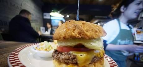 Lange rijen voor hamburgertent in Tokio: 'Ik at net zo'n broodje als Trump'