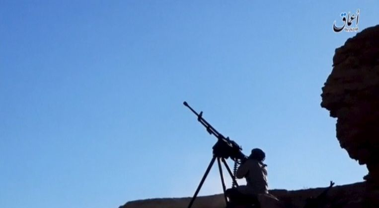 Beeld van een aan IS-gelieerd persbureau. De foto's zouden IS-strijders tonen die vijandige troepen buiten proberen te houden. Beeld reuters