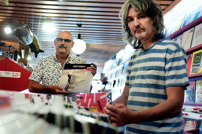Verzamelaar Chris Grinwis is weer een lp rijker: Deep Purple. Wekelijks koopt hij een plaatje bij Gilly Verrest, eigenaar van de Waterput in Bergen op Zoom.