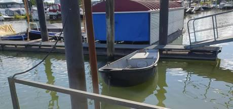 Vrouwen roeien 's nachts met gestolen boot de Lek over en dumpen het vaartuig vervolgens