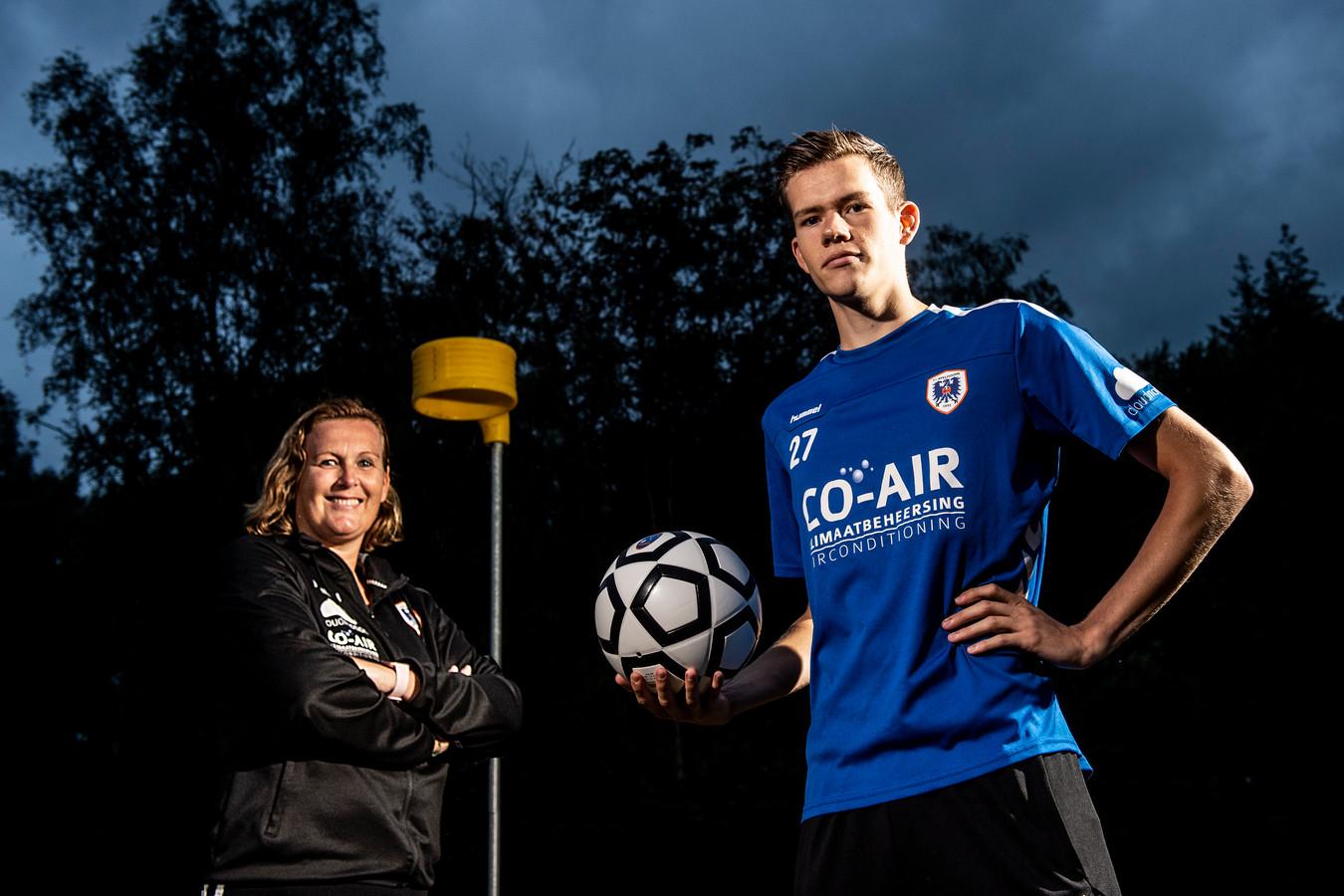Korfbaltrainster Joyce de Boer en speler Ruben Veerman van KV Apeldoorn zijn klaar voor het nieuwe seizoen.