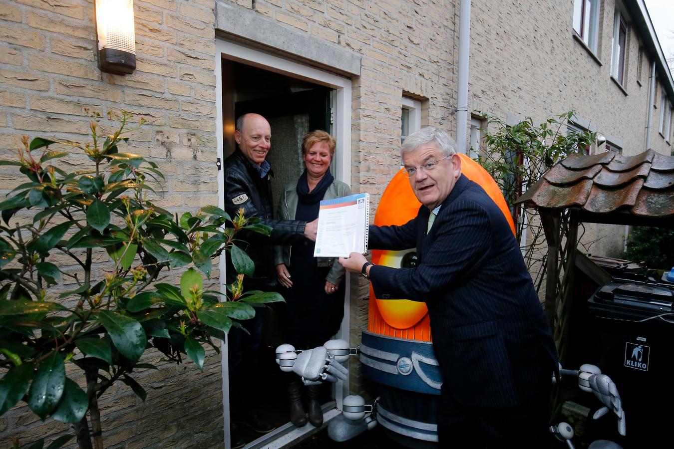 Ruud en Petrina  ontvangen uit handen van burgemeester Jan van Zanen het politiekeurmerk Veilig Wonen. Recent is er bij de bewoners ingebroken. De woning is nu voorzien van veilige sloten, gesubsidieerd door de gemeente Utrecht.