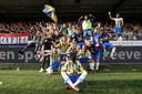 De selectie van RKC Waalwijk viert het behalen van de finales van de play-offs met de supporters.