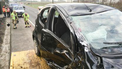 VIDEO. Motorrijder zwaargewond en auto over de kop na frontale klap op Oudenaardsesteenweg in Wannegem