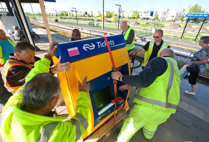 De kaartautomaten worden voor veel reizigers overbodig nu NS maandelijks en achteraf een rekening stuurt voor alle reizen in het openbaar vervoer. Er hoeft geen saldo meer op de OV-kaart te staan.