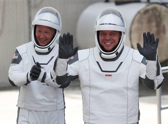 NASA-ruimtevaarders Doug Hurley (links) en Bob Behnken kort voor hun lancering naar het Internationaal Ruimtestation ISS.