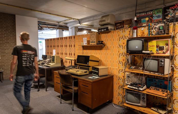 Home Computer Museum in Helmond, Marcel van den Berg en directeur Bart van den Akker. Helmond
