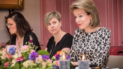Stadssecretaris aan tafel met koningin