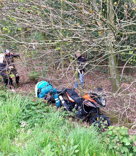 Motorrijder rijdt van talud bij Gilze en raakt gewond