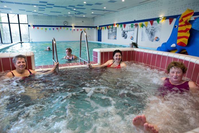 De dames in de whirlpool zijn blij dat hun zwembad open blijft.