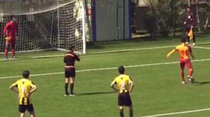 Voetballer van Galatasaray knalt penalty met opzet naast doel en wordt daarvoor overladen met lof