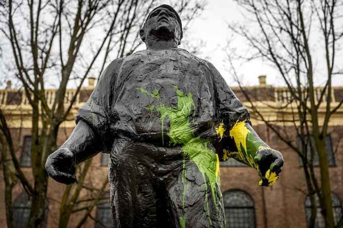 Het beeld de Dokwerker in Amsterdam werd vannacht beklad door ADO-supporters.