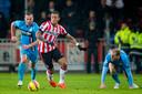 Memphis Depay, hier in duel met Ben Sahar, neemt wraak voor een gemiste penalty en zorgt dat de drie punten in Eindhoven blijven.