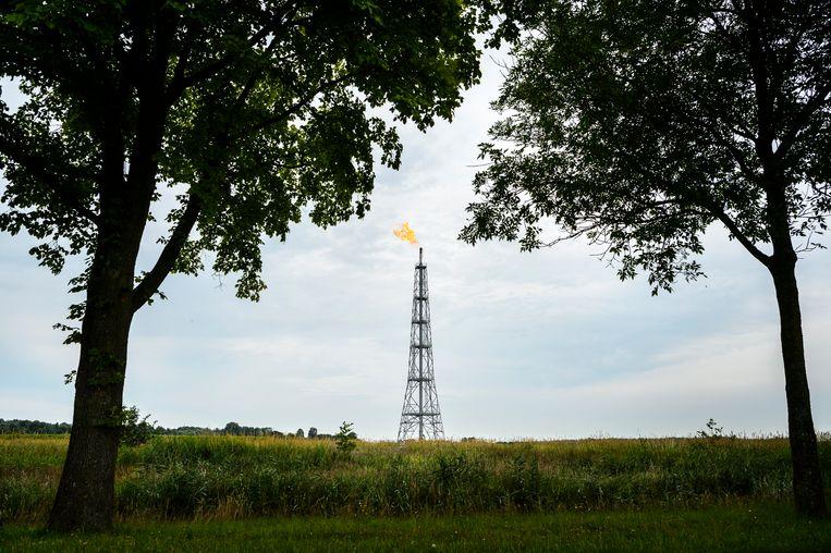 Gas wordt afgefakkeld op de NAM locatie Eemskanaal bij Lageland. Beeld Kees van de Veen