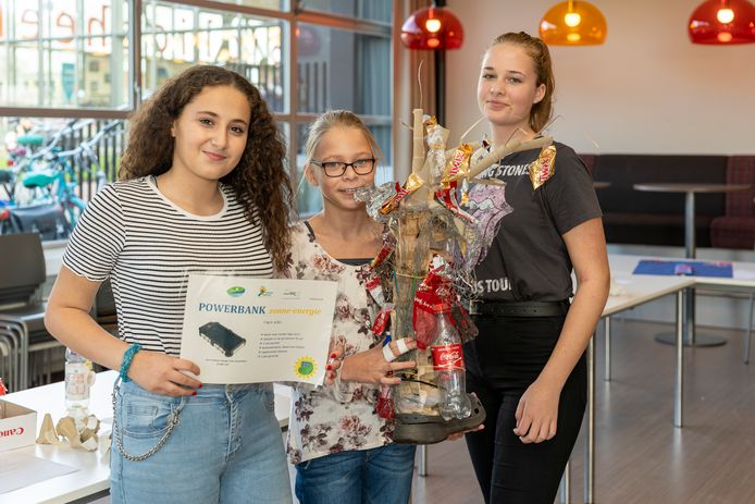 Selina Abonabout, Aurora van Grootveld en Elize Roozemond (vlnr) met het winnende kunstwerk van afval: 'De Niet Zwangere Boom'.