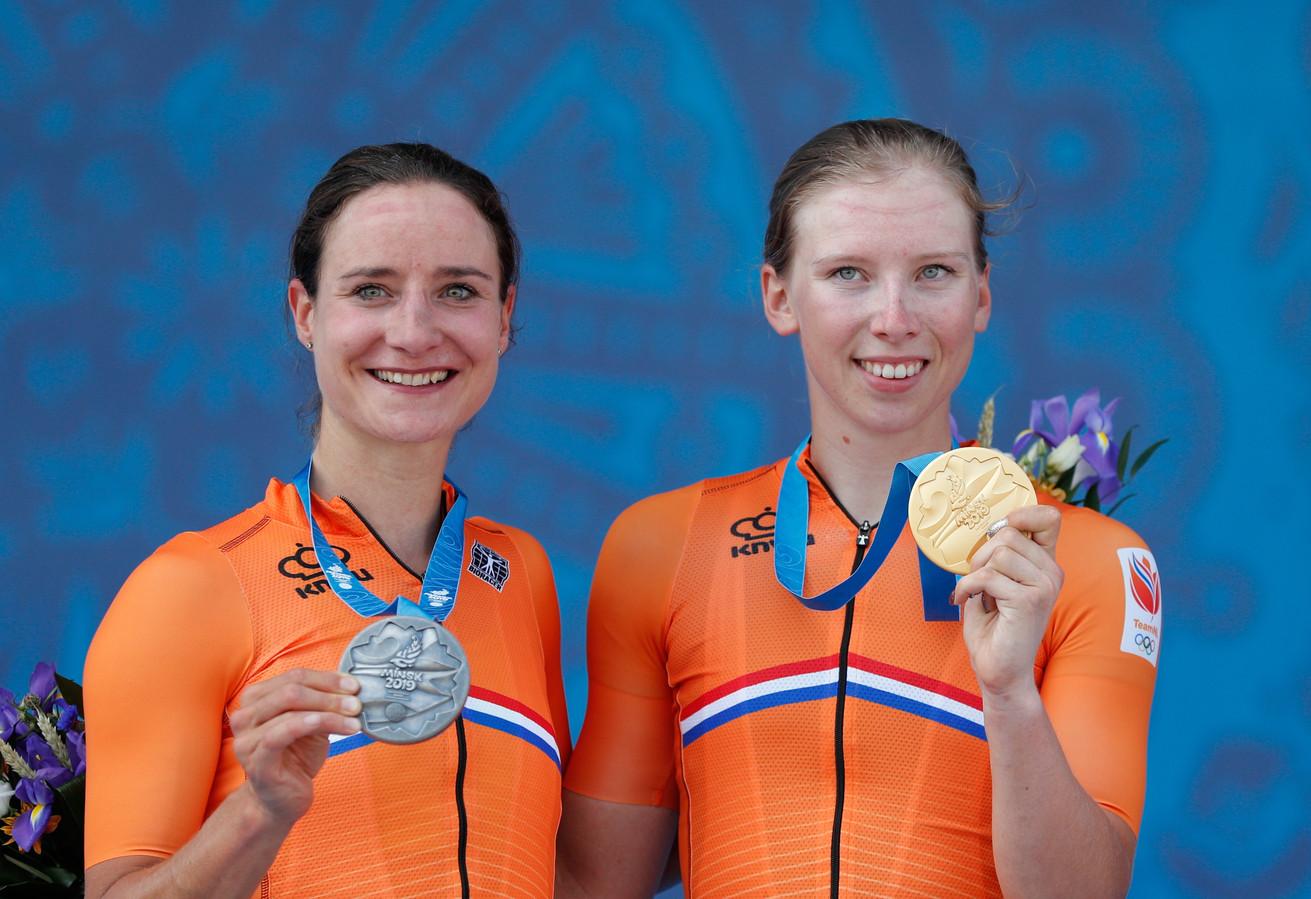 Marianne Vos en Lorena Wiebes showen hun EK-medailles.
