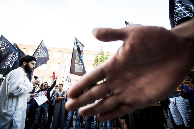 De van ronselen voor de jihad verdachte Azzedine C. spreekt tijdens een pro IS-demonstratie in de Haagse Schilderswijk. Beeld anp