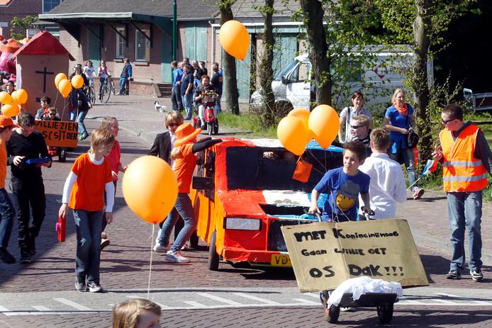 Een kinderoptocht in 2012 in Soerendonk toen Koningsdag nog Koninginnedag heette.