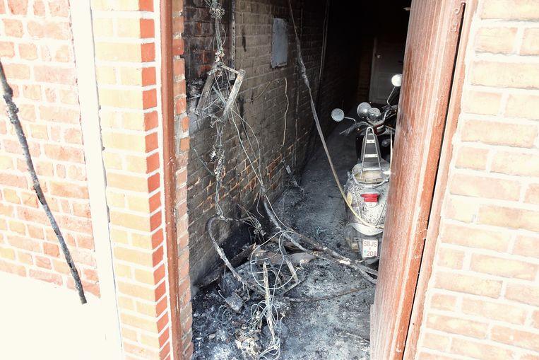 De brand woedde in een doorgang tussen twee rijwoningen, daarbij werden ondermeer de twee elektriciteitskasten van de twee huizen vernield.