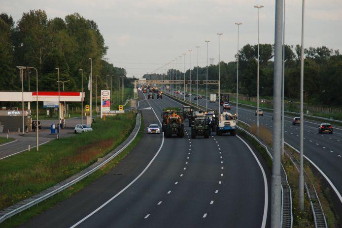 Boeren rijden op A2 bij Liempde om te protesteren.