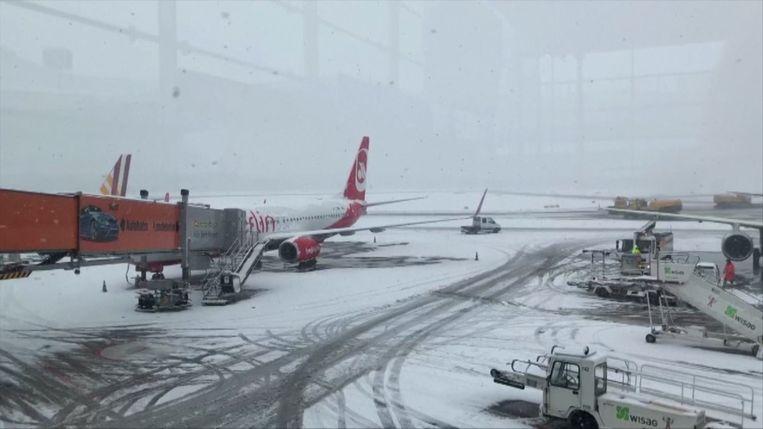 Door de sneeuwellende konden ook vliegtuigen niet vertrekken op de luchthaven van Keulen.