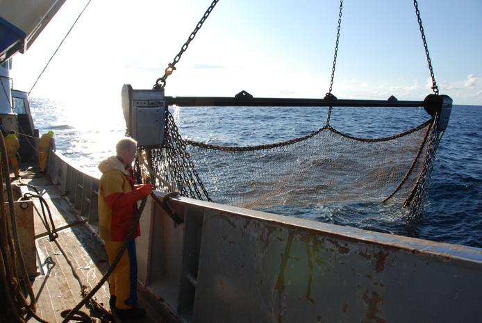 Met een lier worden de netten opgehaald. Zodra ze zijn geleegd, gaan ze weer overboord voor de volgende vangst.