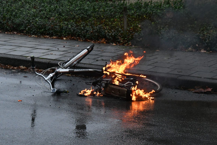 Elektrische fiets Enschedese scholier gaat in vlammen op.