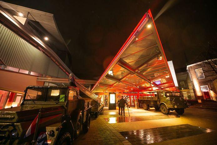 Voormalige TRIS-voertuigen staan opgesteld voor het Chassé Theater ter gelegenheid van de première van de documentaire Onze Jongens in de Jungle.