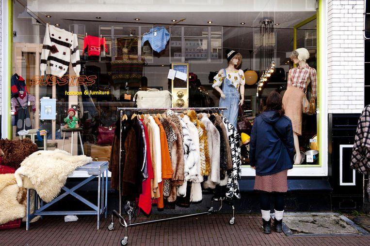 Tweedehandswinkels in de Voorstraat. Beeld Renate Beense
