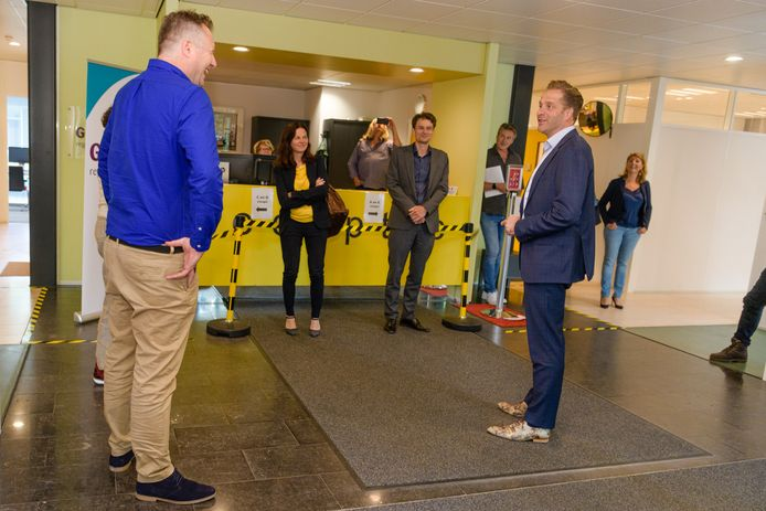 Minister Hugo de Jonge wordt bij de GGD in Zeist ontvangen door directeur Jaap Donker (links).