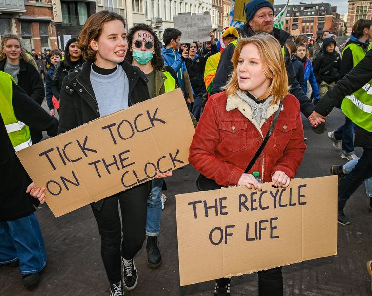 De klimaatmanifestatie ging zoals gewoonlijk gepaard met heel wat bordjes met klimaatslogans, ook bij Anuna en Kyra.