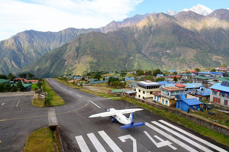 De luchthaven van Lukla ligt op ongeveer 2.860 meter hoogte.