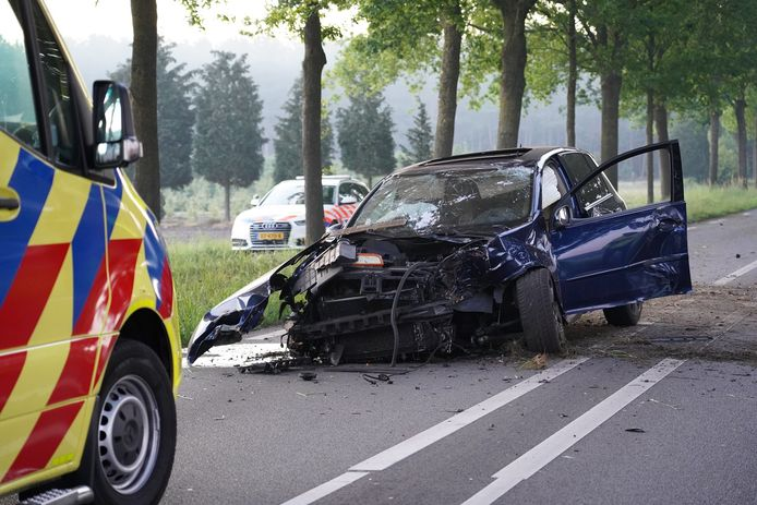 De man verloor op de Rijksweg bij Dorst de macht over zijn stuur. Hij raakte lichtgewond.