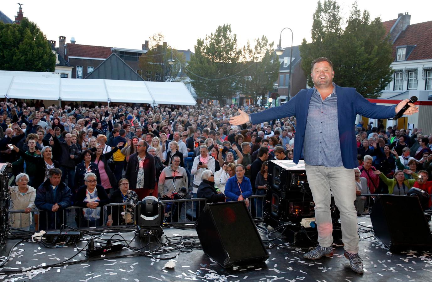 Frans Duijts speelde vorig jaar op een volgepakte Grote Markt tijdens de Vestingfeesten.