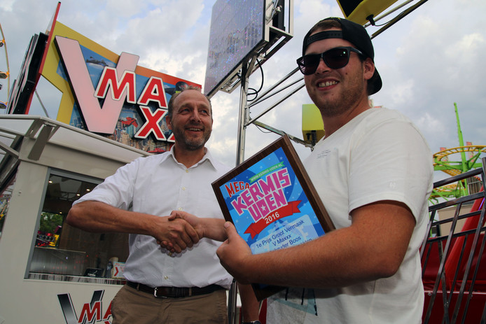 Wethouder Ben Tuithof reikt de prijs uit aan de exploitant van de V Maxx Booster.