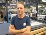 Arno Schipper uit Zierikzee kijkt of de productie bij YourSurprise op rolletjes loopt: 'Ik ben blij als de teller op nul staat'