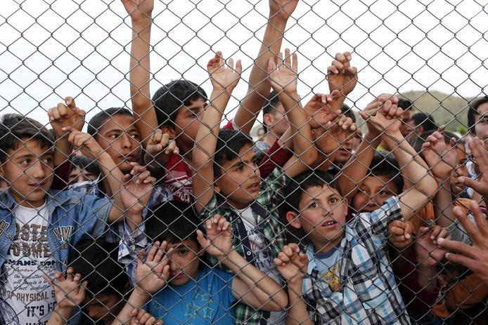 De meeste van minstens tweehonderd kinderen in Syrië of Turkije met een of twee Nederlandse ouders verblijven volgens de AIVD in een vluchtelingenkamp.