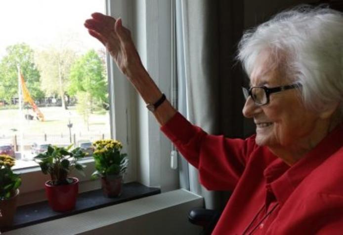Gerrie Werther voor haar raam
