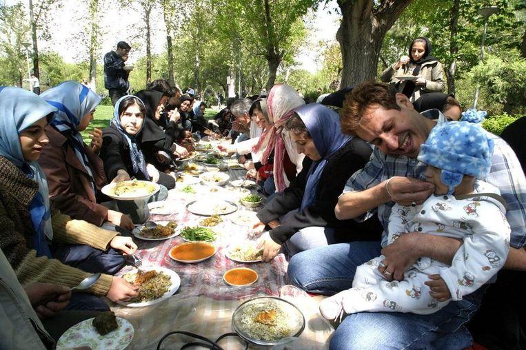 Nowruz-picknick in een park in Teheran, de hoofdstad van Iran. Beeld null