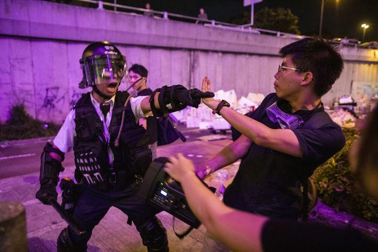 Leider van de Paraplurevolte in 2014 Joshua Wong botst met de oproerpolitie, in juli van dit jaar. Wong was een maand eerder vrijgelaten uit de gevangenis. Beeld Bloomberg via Getty Images