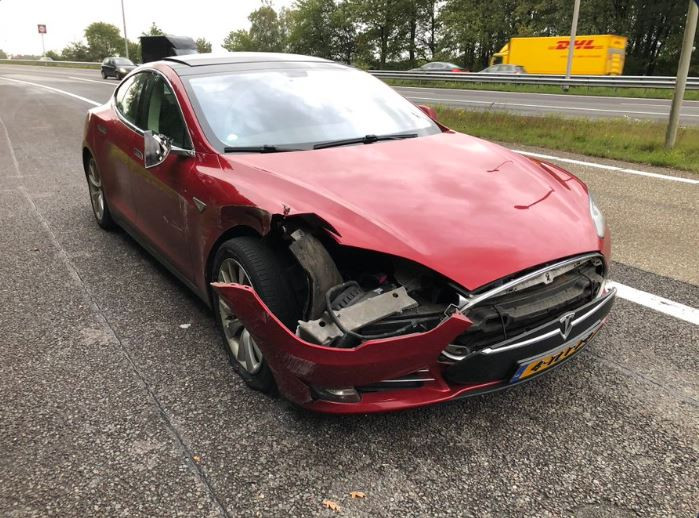 De beschadigde auto na de aanrijding op de A50.