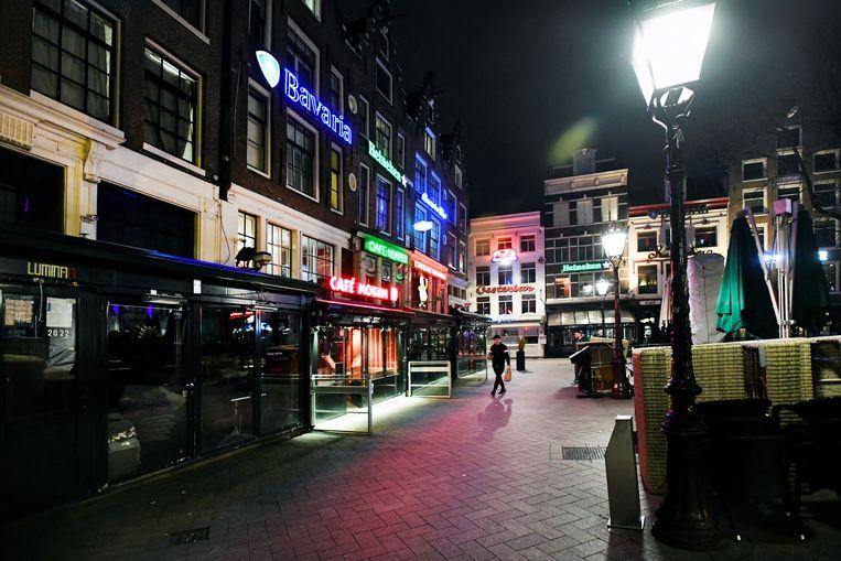 Het Leidseplein in Amsterdam op zondagavond 15 maart. Het kabinet maakte die dag bekend dat alle horeca om 18.00 uur moest sluiten.  Beeld Reuters