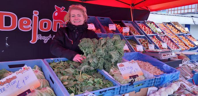 Anjo Hargeerds achter de nieuwe groentekraam van De Jonge Groente en Fruit.