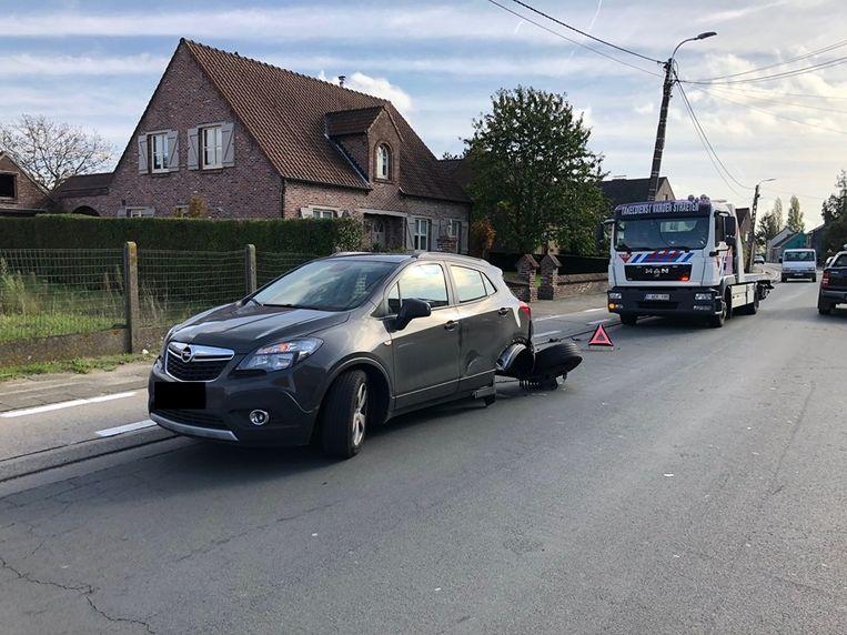 Het voertuig verloor zijn achterwiel bij de aanrijding.