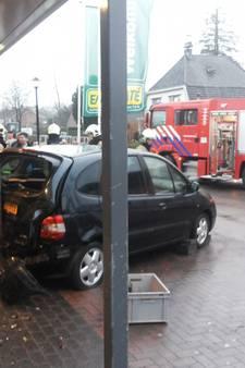 Auto knalt tegen pui van EMTÉ Ederveen