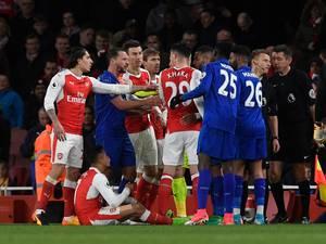 Arsenal ontsnapt door eigen goal Leicester