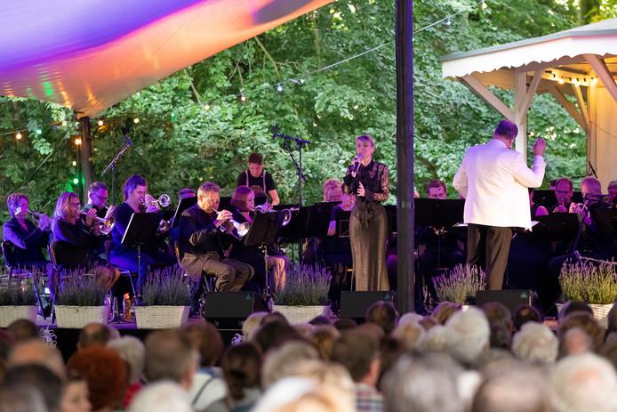 Fanfare Juliana Rossum viert het 110 jarig jubileum met Ben Cramer en Joke de Kruijf.