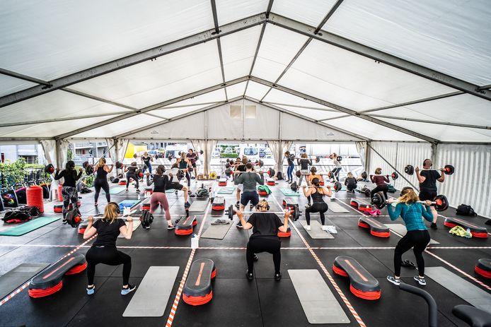 Diverse sportscholen verzonnen de afgelopen maanden alternatieven. Zoals buiten sporten in een tent. Indoor Action in Arnhem was daarmee een van de eerste.
