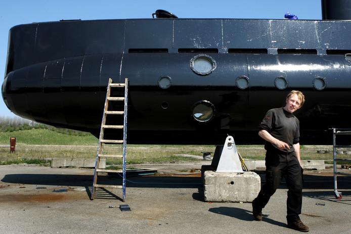 Peter Madsen bij zijn duikboot in aanbouw.
